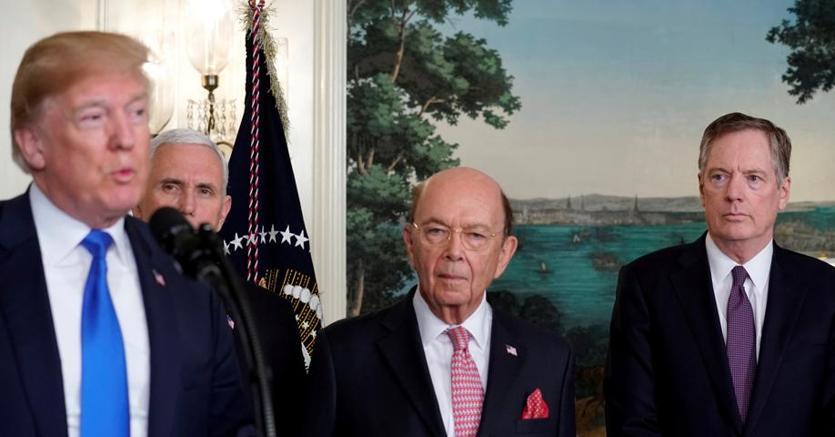 I falchi alla Casa Bianca: da sinistra, il presidente Donald Trump, il vicepresidente Mike Pence, il segretario al Commercio Wilbur Ross e il rappresentante al Commercio Robert Lighthizer